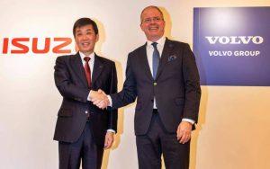 Masanori Katayama, presidente de Isuzu Motors Limited; y Martin Lundstedt, CEO de Volvo Group